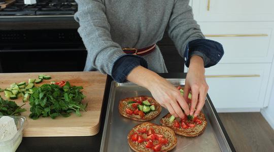 Sesame baked pita with tomatoes, cucumber, mint  feta-05